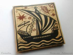 Socarrat valenciano con la forma de un barco navegando por la noche