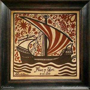 Socarrat Artesanía. Regalo valenciano tradicional con la imagen de un barco navegando en la noche.