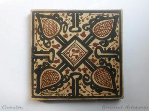 Socarrat valenciano artesanal que nos muestra motivos geométricos y alafias pintados con óxidos