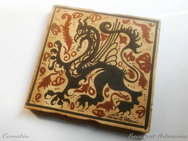 Regalo Socarrat valenciano con la figura de un Grifo, animal mitológico mitad león mitad águila