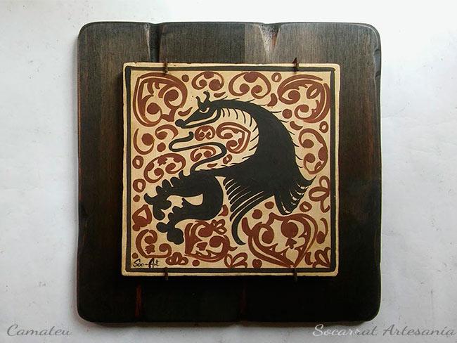 Regalo Socarrat artesano medieval con la figura de un dragón, pintado con óxidos naturales y cocido a 980 grados. Sobre tabla de madera