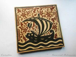 Socarrat valenciano del siglo Xv con la imagen de un barco con las 4 barras del Reino de Aragón