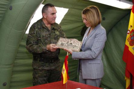 Entrega de Regalo Institucional a la Ministra de Defensa