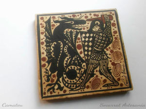 Socarrat valenciano del siglo XV con la imagen de un de la leyenda de l'espillet luchando contra el dragón